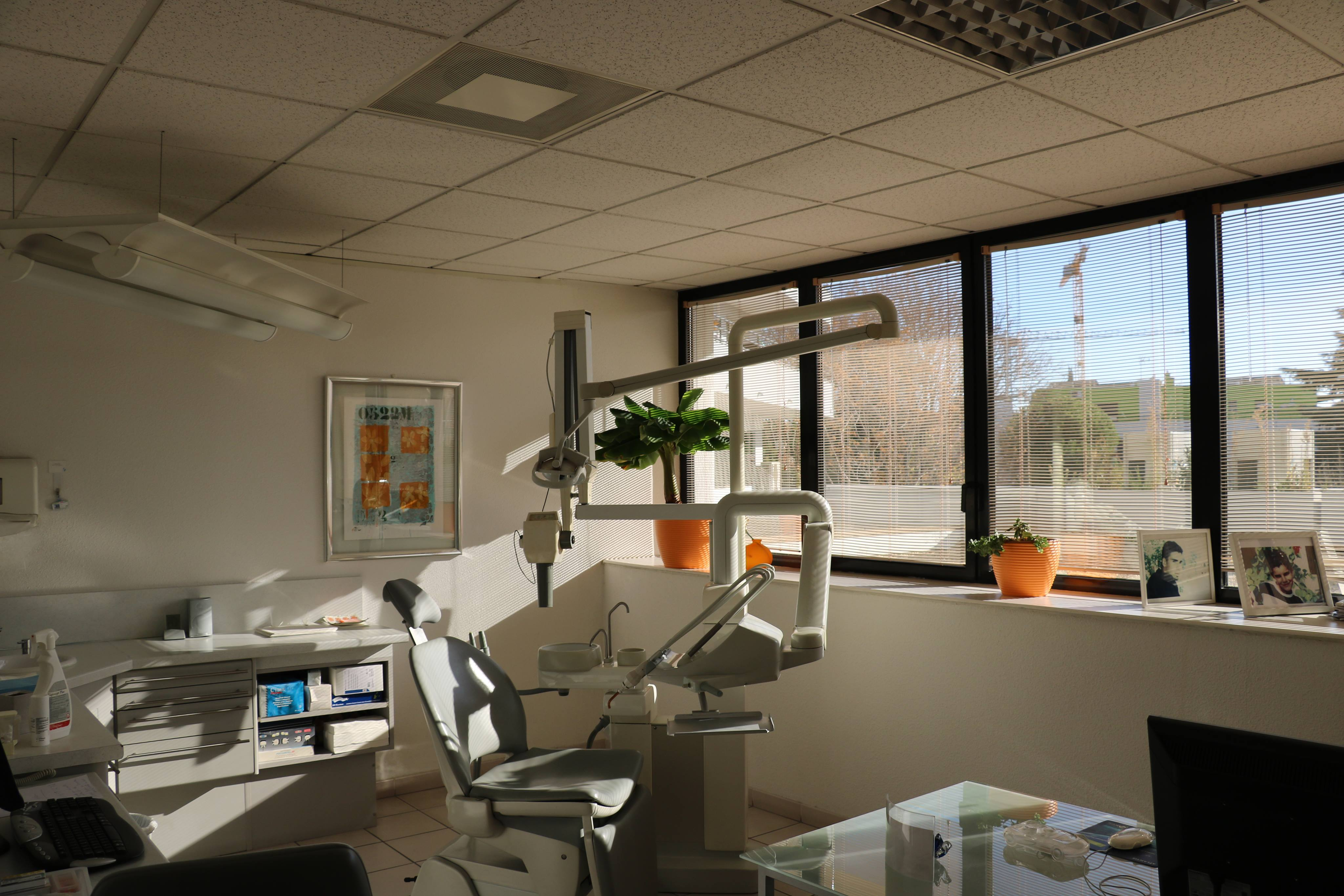 dentiste montpellier dr lucas sandor cabinet dentaire de l 39 ecu. Black Bedroom Furniture Sets. Home Design Ideas